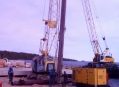 Работа вибропогружателя B16.60, осуществляем погружение шпунта для строительства причала.