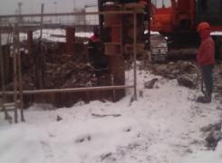 Начали демонтаж шпунтового ограждения рабочего котлована на Штурманской ул.